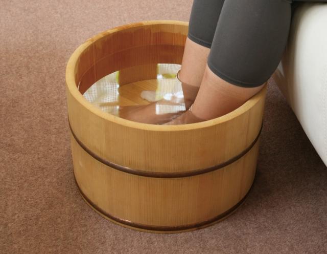 両足を洗面器のお湯につける