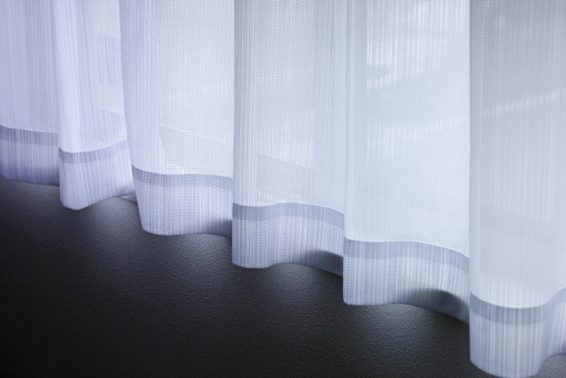 白いカーテンと窓