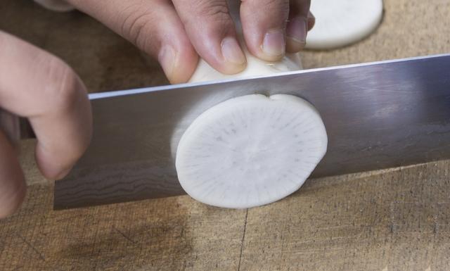 包丁で大根を切る