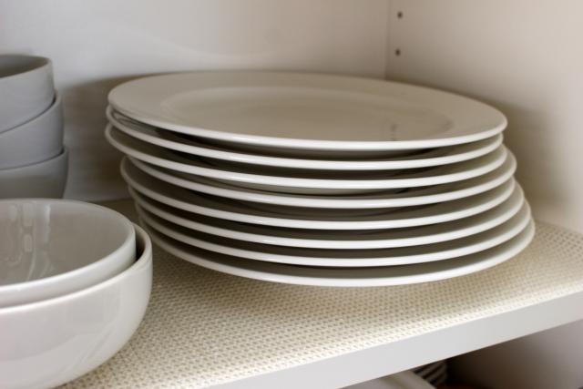 食器棚の中に積まれた白い皿