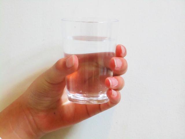 水が入ったコップを持つ手