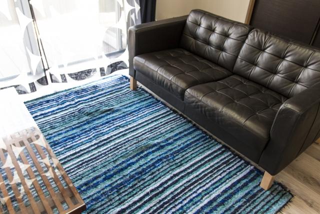 カーペットとソファーとテーブル