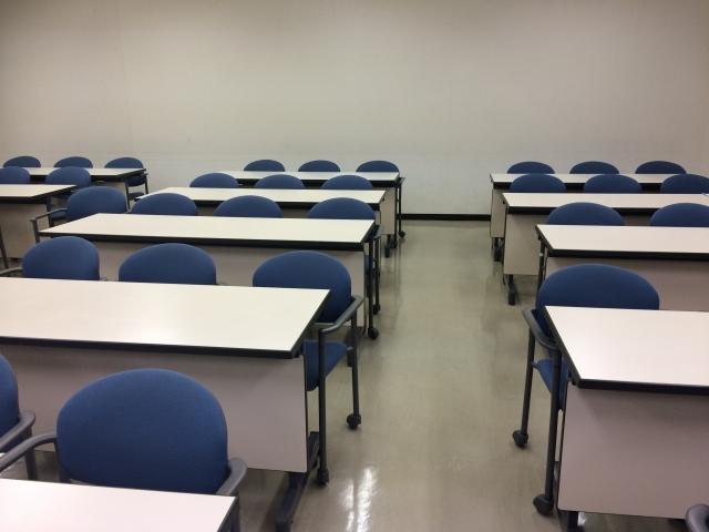 会議室に並んだ机と椅子