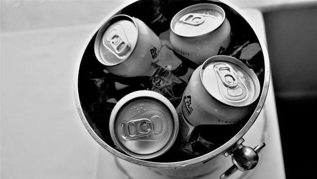 氷水に入った缶ビール