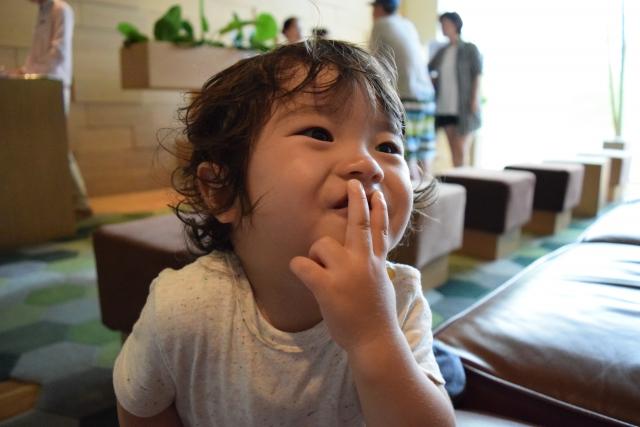 加トちゃんペのポーズをする男児