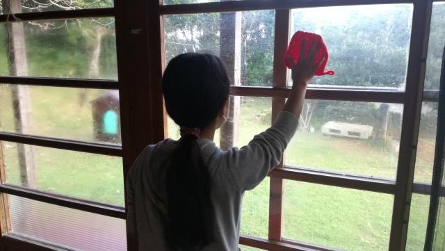 窓ガラスを拭く女性