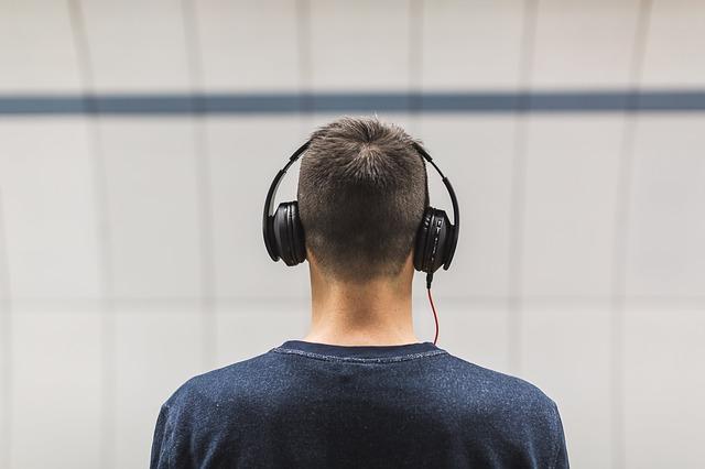 ヘッドフォンをする男性の後ろ姿
