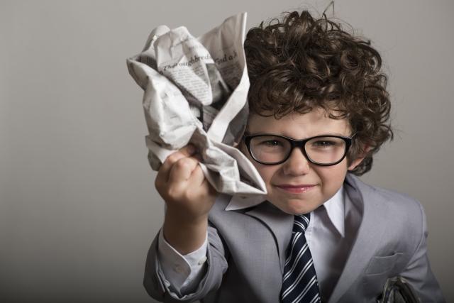 丸めた新聞紙を持つ子供