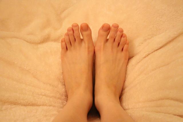 裸足の両脚先