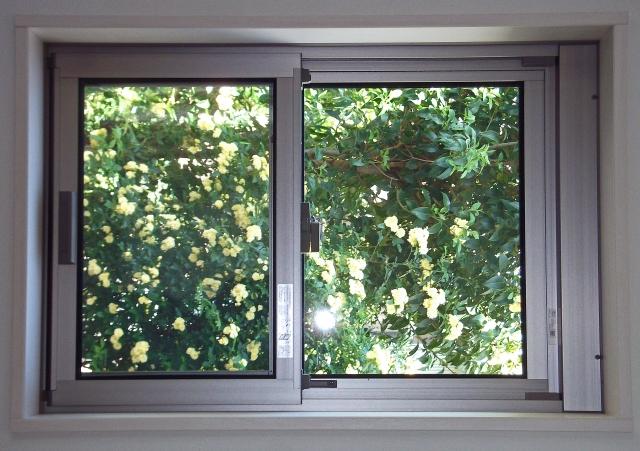 窓サッシのカビや黒ずみ汚れをキレイに掃除する方法