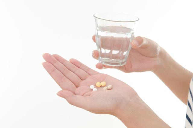 【危険?】錠剤薬は上向き、カプセル薬は下向きで飲むべき理由