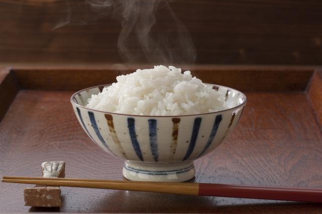 炊きたてご飯と茶碗と箸