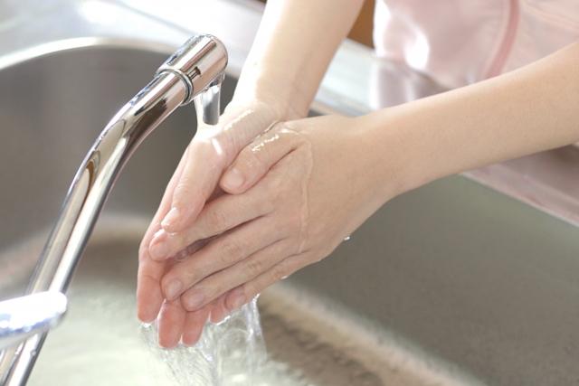 台所シンクで手洗い