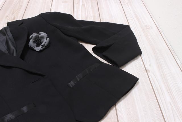 外出先で黒い服のホコリを取る3つの方法