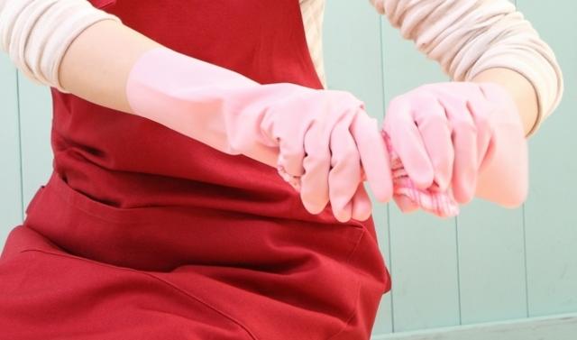 雑巾を両手で絞る女性